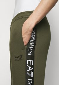 EA7 Emporio Armani - PANTALONI - Trainingsbroek - grape leaf - 5