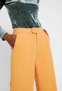 Soaked in Luxury - RIBEA - Pantalones - buckskin - 5