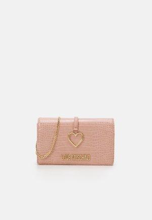 CROC HEART CHAIN CROSSBODY - Across body bag - pink