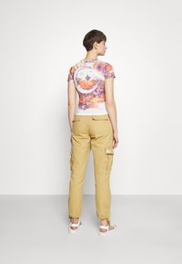 BDG Urban Outfitters - BIG SUN BABY TEE - T-shirts med print - white - 2