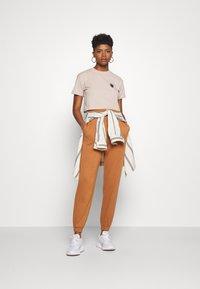 SIKSILK - RETRO BOX FIT CROP TEE - Print T-shirt - beige - 1