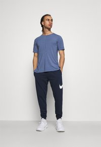Nike Performance - DRY YOGA - Camiseta básica - midnight navy/ashen slate - 1