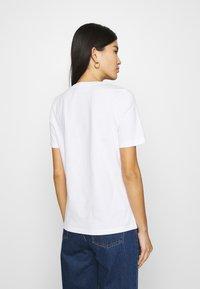 Tommy Hilfiger - REGULAR SCRIPT OPEN TEE - T-shirts med print - white - 2