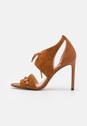 FRANCINE - Sandały na obcasie - marrone