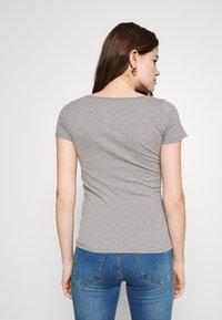Hollister Co. - 3 PACK - Print T-shirt - white/mellow yellow/b25 - 3