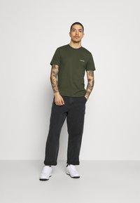 Calvin Klein - CHEST LOGO - T-shirt - bas - dark olive - 1