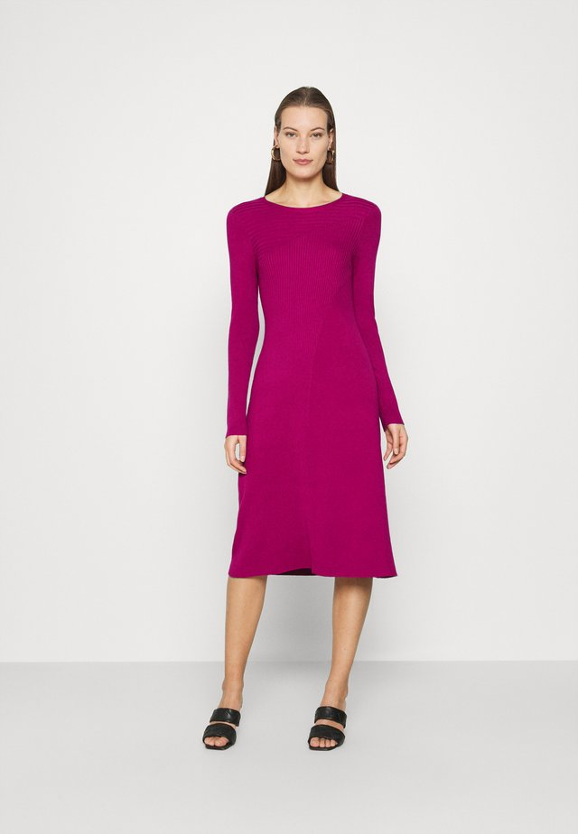 PANEL DRESS - Gebreide jurk - magenta