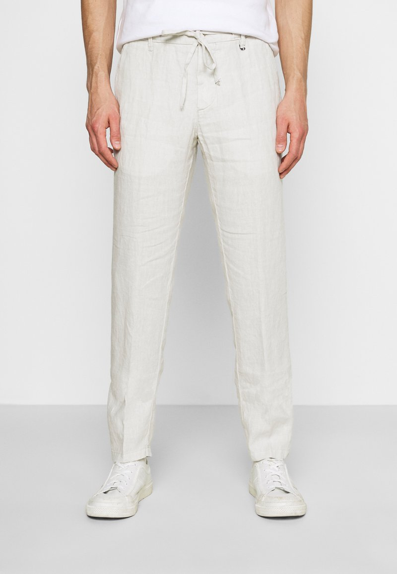 Marc O'Polo - TAPERED FIT PATCHED - Broek - distant grey