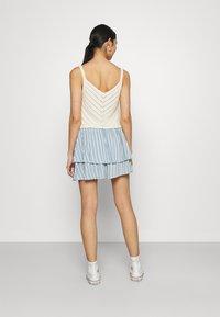 ONLY - ONLAURORA SMOCK LAYERED SKIRT - Minifalda - bright white/faded denim - 2