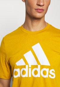 adidas Performance - ESSENTIALS SPORTS SHORT SLEEVE TEE - Print T-shirt - legacy gold - 4