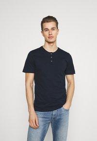 TOM TAILOR - HENLEY WITH SMART DETAILS - T-shirt - bas - dark blue - 0