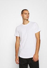 Jack & Jones - JJENOA TEE CREW NECK 5 PACK - Basic T-shirt - white/black/dark blue - 1