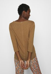 Marc O'Polo - 3/4 SLEEVE ROUNDED V NECK - Long sleeved top - deep tobacco - 2