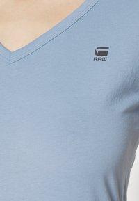 G-Star - EYBEN SLIM V T WMN S\S - T-shirts - delta blue - 4
