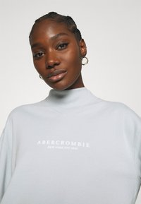 Abercrombie & Fitch - SEASONAL LOGO MOCK NECK CREW  - Sweatshirt - light blue - 3
