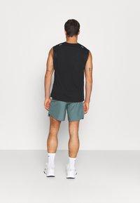 Nike Performance - CHALLENGER SHORT  - Korte sportsbukser - hasta - 2