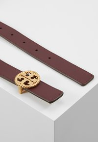 Tory Burch - TWISTED LOGO BELT - Belt - port - 3