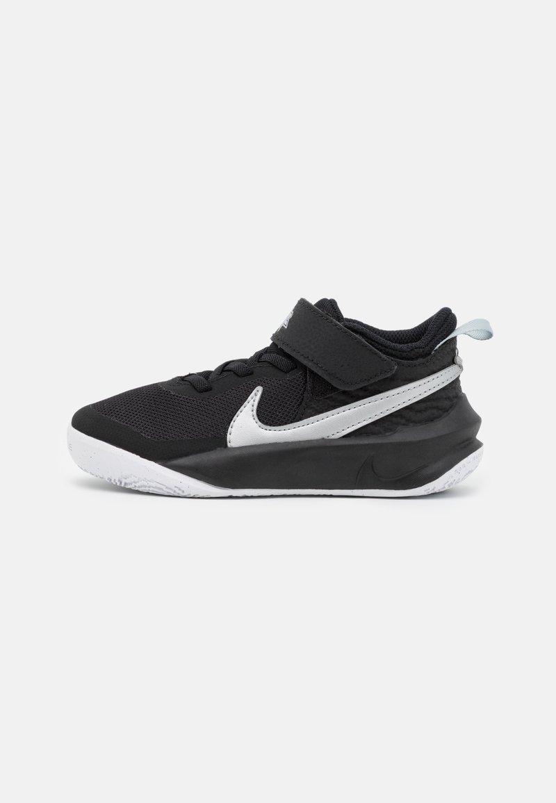 Nike Performance - TEAM HUSTLE D 10 UNISEX - Zapatillas de baloncesto - black/metallic silver/volt/white