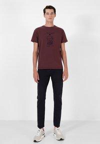 Scalpers - STITCH  - T-shirt print - burgundy - 1