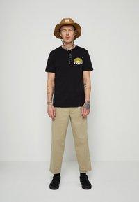 Levi's® - GRAPHIC CREWNECK TEE UNISEX - T-shirt con stampa - blacks - 1