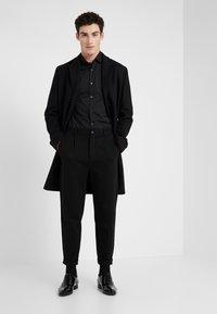 Emporio Armani - CAMICIA SLIM FIT - Camisa elegante - nero - 1