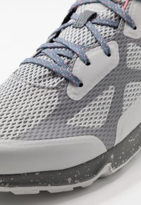 Columbia - VITESSE OUTDRY - Trekingové boty - grey ice/canyon rose - 5