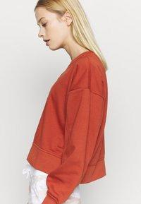 Nike Performance - DRY GET FIT CREW - Sweater - firewood orange - 3