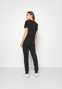 Calvin Klein Jeans - LOGO BADGE JOGGER - Joggebukse - black - 2