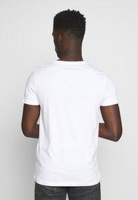 TOM TAILOR DENIM - WITH COINPRINT - T-shirt med print - white - 2