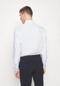 OLYMP Luxor - LUXOR MODERN FIT NEW KENT - Skjorte - weiss - 2