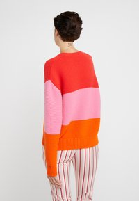 CHINTI & PARKER - GIANT CABLE SWEATER - Neule - bright red/peony/true orange - 2