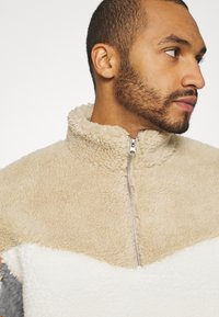 Topman - BLOCKED BORG - Fleece jumper - stone - 3