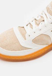 Saucony - JAZZ COURT UNISEX - Sneakers - beige/brown - 5