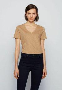 BOSS - Basic T-shirt - beige - 0