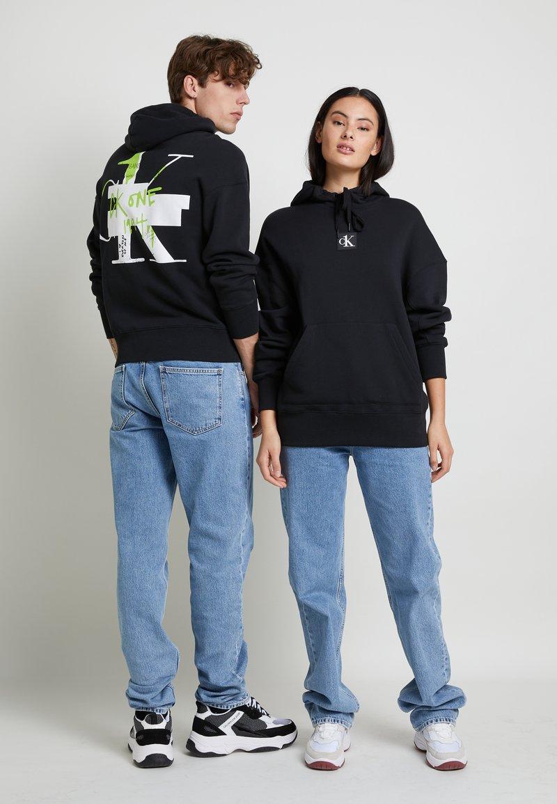 Calvin Klein Jeans - GRAPHIC HOODIE UNISEX - Sweatshirt - black