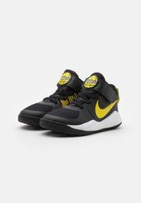 Nike Performance - TEAM HUSTLE 9 UNISEX  - Basketbalschoenen - black/high voltage/light smoke grey - 1