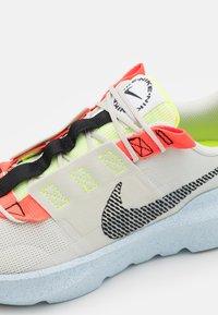 Nike Sportswear - CRATER IMPACT UNISEX - Tenisky - light bone/black/stone/bright crimson/blue - 3