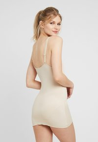 Maidenform - SHAPING CAMISOLE COVER YOURBASES - Shapewear - nude - 3