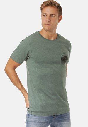 DEBO - Print T-shirt - pine green mel