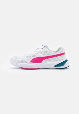 90S RUNNER UNISEX - Chaussures de running neutres - white/pink/blue