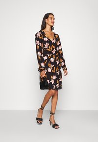 Vero Moda - VMBETTY SHORT DRESS - Denní šaty - black - 1