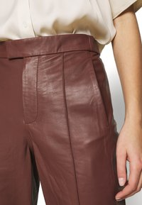DAY Birger et Mikkelsen - GROW - Leather trousers - cocco - 5