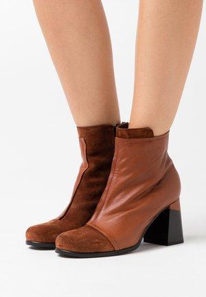 Kotníková obuv na vysokém podpatku - prince coroil almond