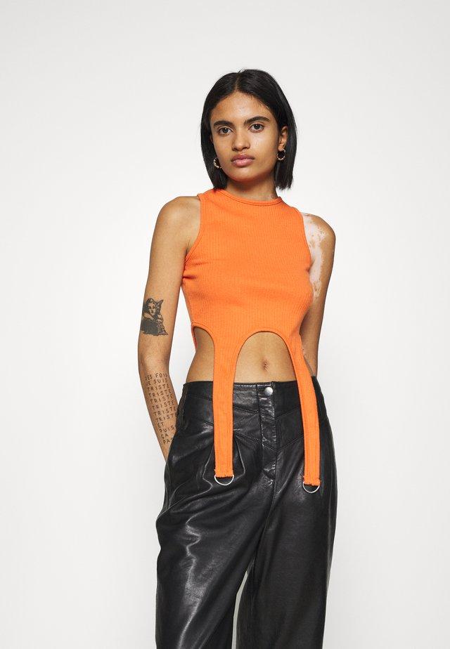 SUSPENDER DETAIL CROP  - Print T-shirt - orange