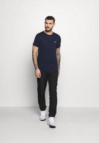 Lacoste Sport - T-shirt med print - navy blue/black - 1