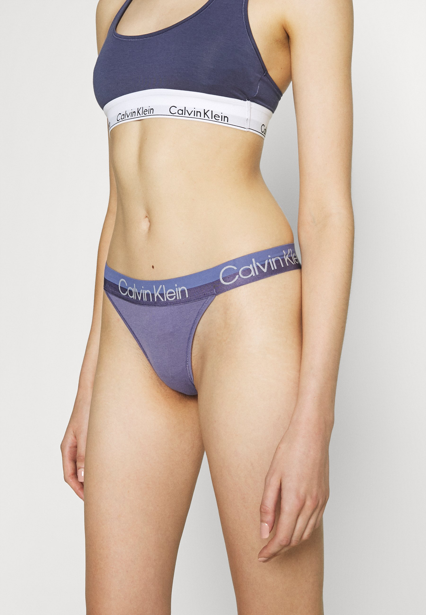 Femme MODERN STRUCTURE THONG - String