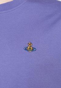 Vivienne Westwood - CLASSIC UNISEX - Basic T-shirt - lilac blue - 6