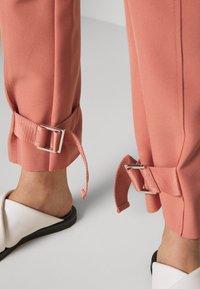 Holzweiler - SKUNK - Cargo trousers - dust pink - 3