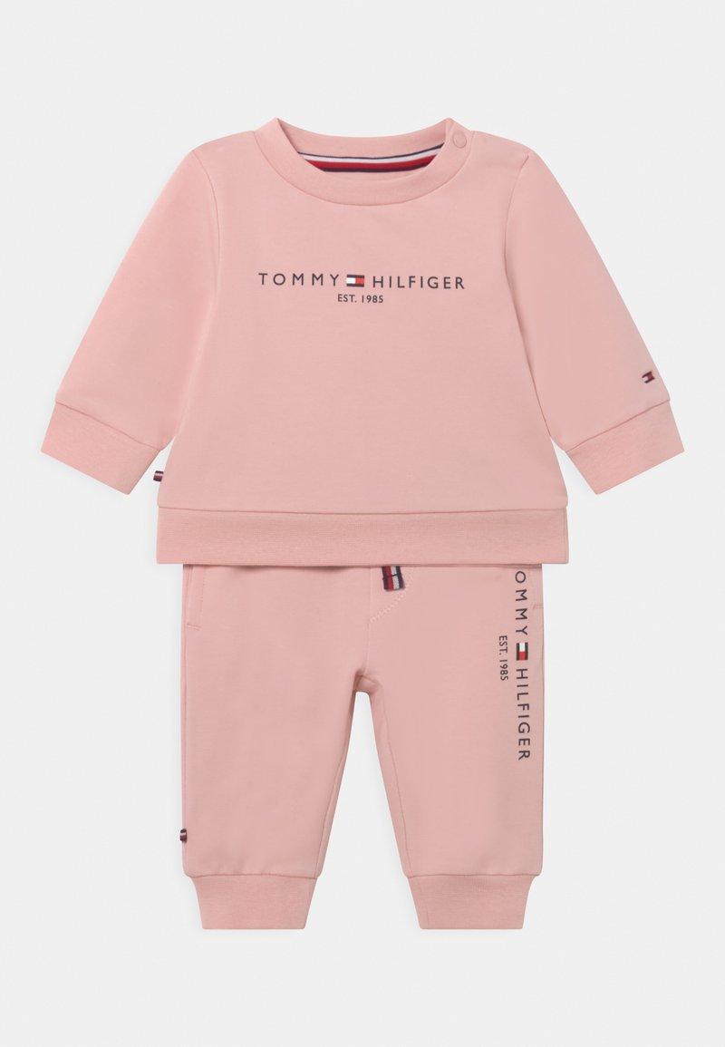 Tommy Hilfiger - BABY ESSENTIAL CREWSUIT SET UNISEX - Tracksuit - pink