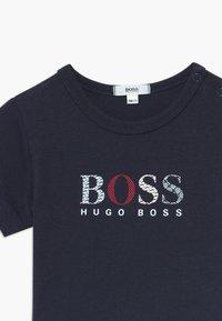 BOSS Kidswear - SHORT SLEEVES TEE - Triko spotiskem - bleu cargo - 3
